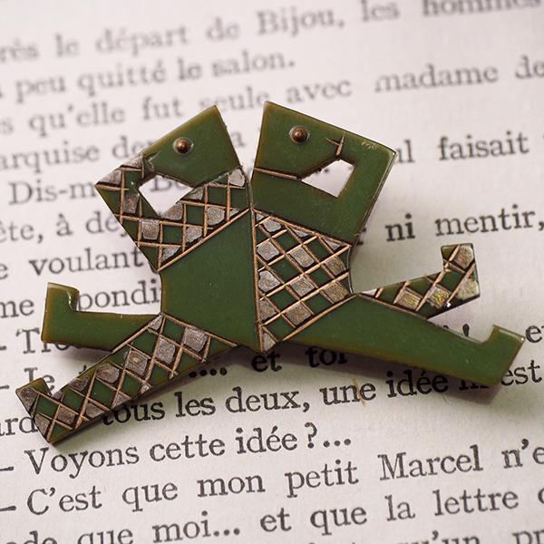 オーギュストボナーズ グリーンの生き物 ブローチ フランス 1930s