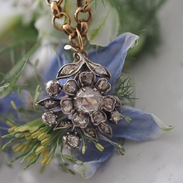 スペシャルの1850年ごろのシルバーローズカットダイヤモンドのフラワーペンダント、バチカンを大きくして、アンティークチェーンに通るようにしました。