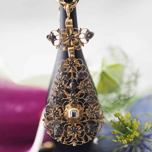 1700年ごろから1750年ごろのフランドルの14金とステップカットダイヤモンドのストマッカーの先端ペンダント。