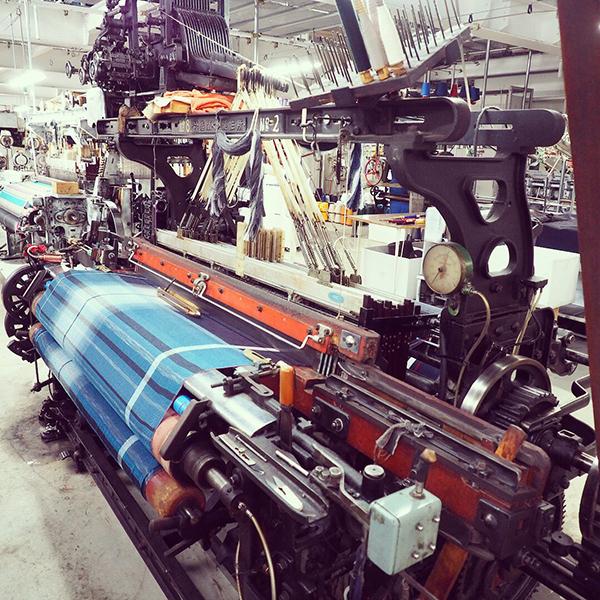 1960年代のヴィンテージの織機で織られる播州織