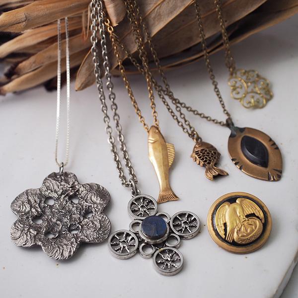 ブロンズやメタルの70年代のネックレスたち