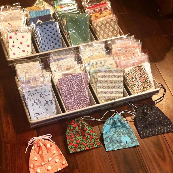 スウェーデンのキルト用の小さな布200枚 小物作成やラッピングにもおすすめです。